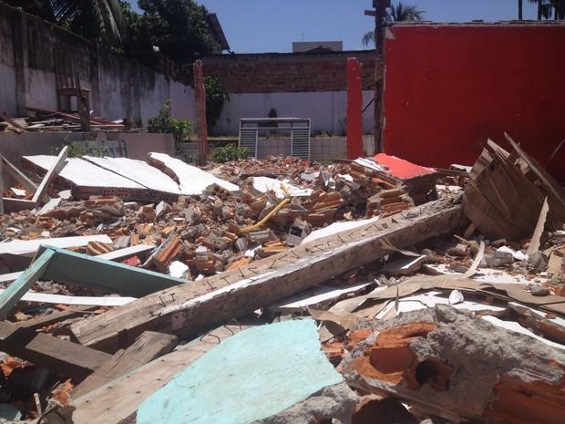 Entulho foi deixado em terreno após demolição de casa (Foto: John Pacheco/G1)