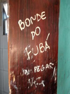Porta do quarto estava com uma pichação (Foto: Divulgação/ Polícia Civil)