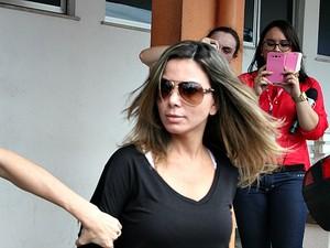 Marcelaine Schumann deixa IML após realizar exame de corpo de delito (Foto: Jamile Alves/G1 AM)
