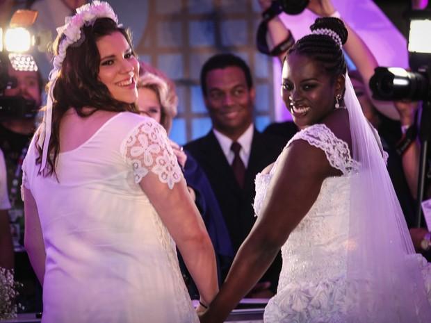 Mayara (esq.) e Naira sorriem após gritos do público durante cerimônia de casamento na capela do Rock in Rio (Foto: Fábio Tito/G1)