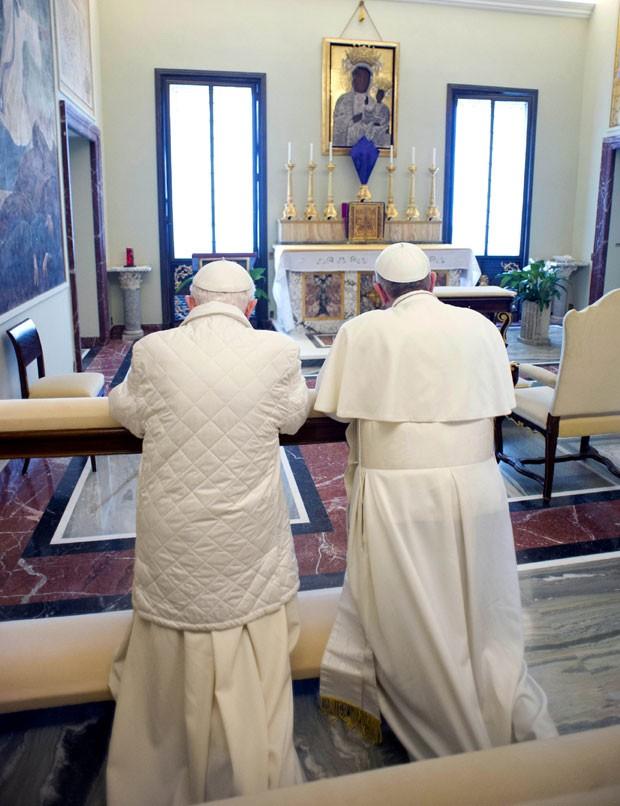 Francisco e Bento XVI rezam juntos em capela (Foto: Osservatore Romano/AP)