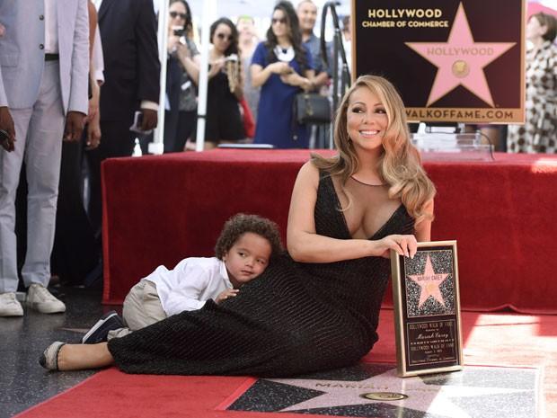 Mariah Carey e o filho Moroccan Cannon posam durante cerimônia em que a cantora ganhou estrela na Calçada da Fama de Hollywood nesta quarta-feira (5) (Foto: Chris Pizzello/Invision/AP)
