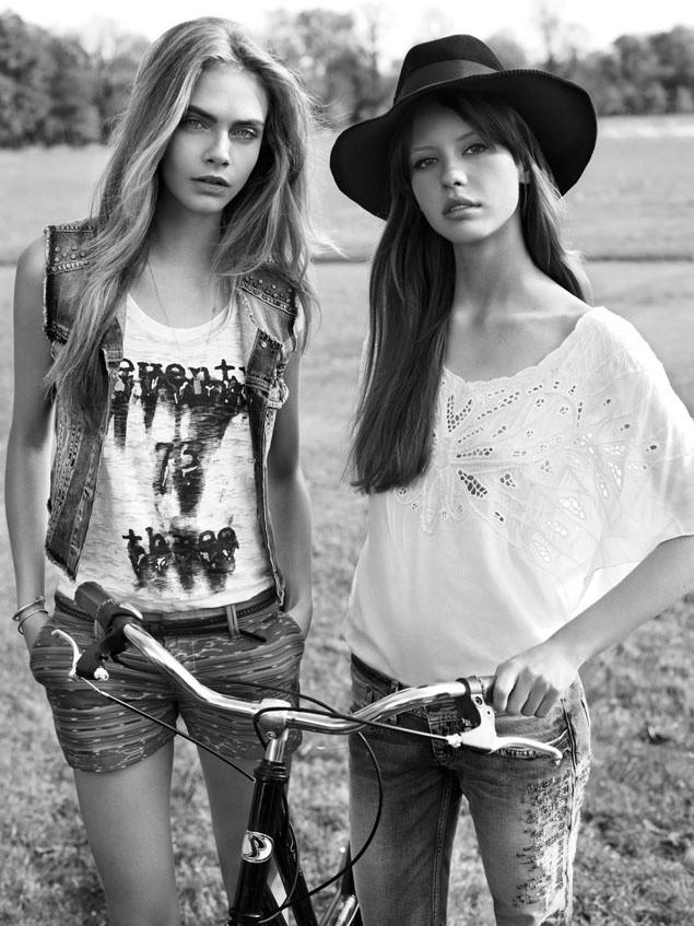 Mia Goth, modelando para a Pepe Jeans ao lado de Cara Delevingne (Foto: Divulgação)
