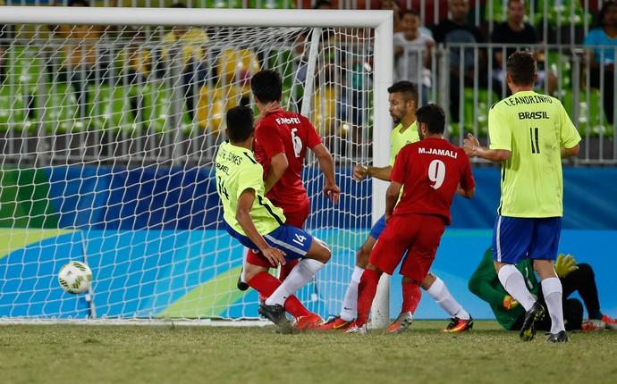 Descrição da imagem: caído, Marcão não consegue evitar um dos gols do Irã (Foto: Marcelo Régua/MPIX/CPB)