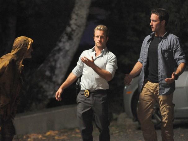 """Hawaii Five-0 - Durante investigação em cemitério, Danny e McGarrett são surpreendidos pelo """"protetor"""" do local (Foto: Divulgação / CBS)"""