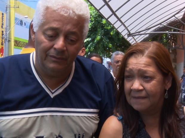 Pais durante velório de taxista encontrado morto em Franca, SP (Foto: Sergio Oliveira/EPTV)