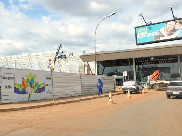 Chegada ao aeroporto pelo trajeto do que será a linha 1 do VLT só é possível após superar pelo menos quatro desvios. (Foto: Ana Cláudia Guimarães / G1)