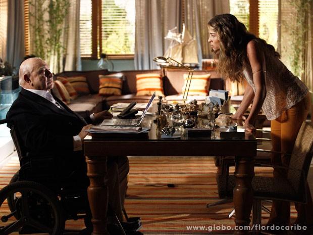 Ester acusa Dionísio pelo destino de sua família durante a guerra (Foto: Flor do Caribe / TV Globo)