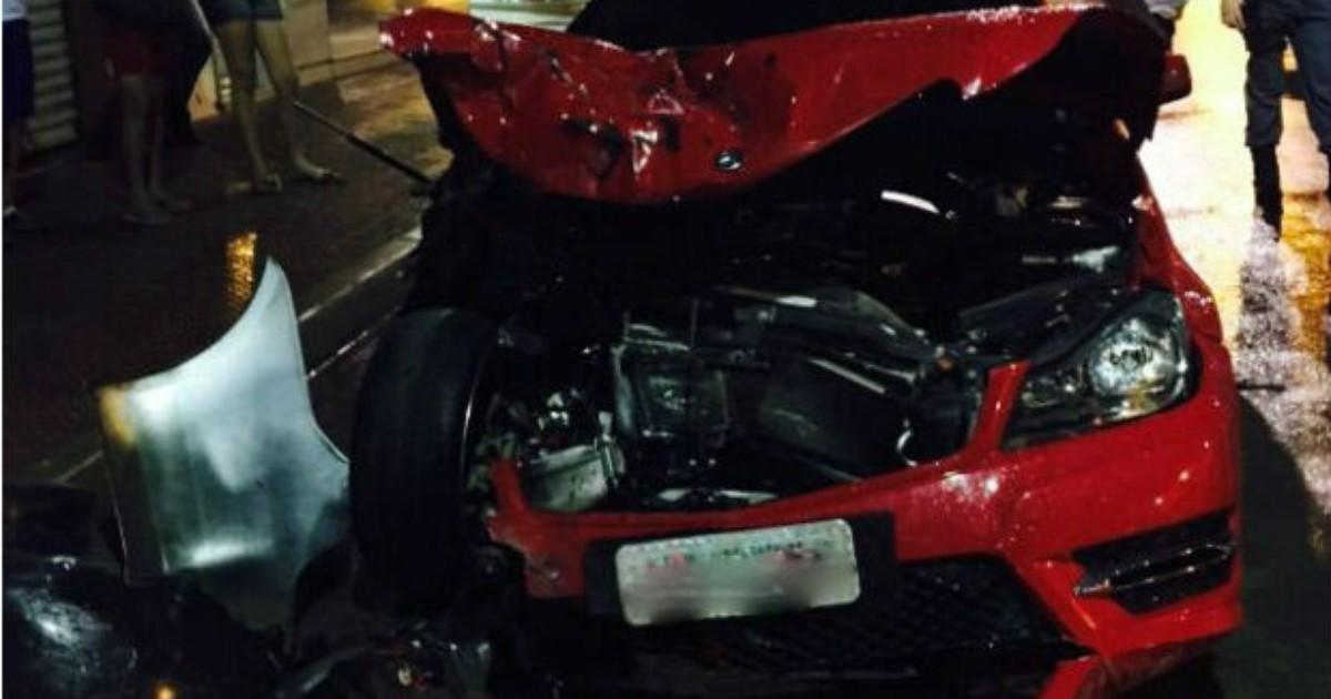 Vídeo mostra Mercedes batendo em caçamba de lixo no ES - Globo.com