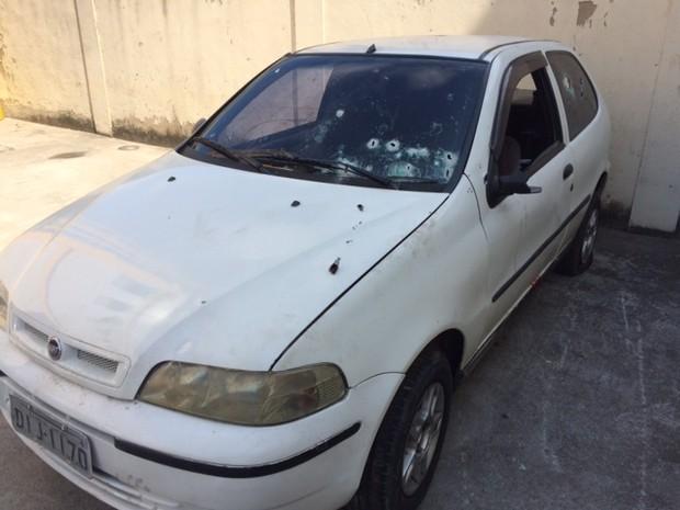 Carro metralhado foi apreendido e levado à 39ª DP (Foto: Janaína Carvalho/G1)