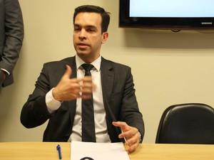 Delegado Alexandre Teixeira durante coletiva (Foto: Suelen Golçalves/G1 AM)
