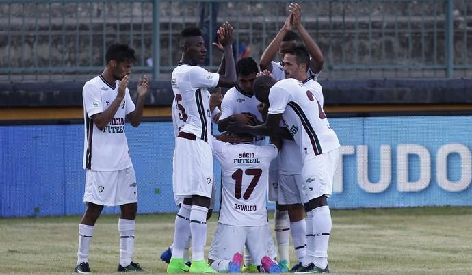 Jogadores do Fluminense pedem palmas para Osvaldo após gol (Foto: NELSON PEREZ/FLUMINENSE F.C.)