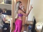 Ex-BBB Adriana exibe curvas com roupa coladinha antes de correr