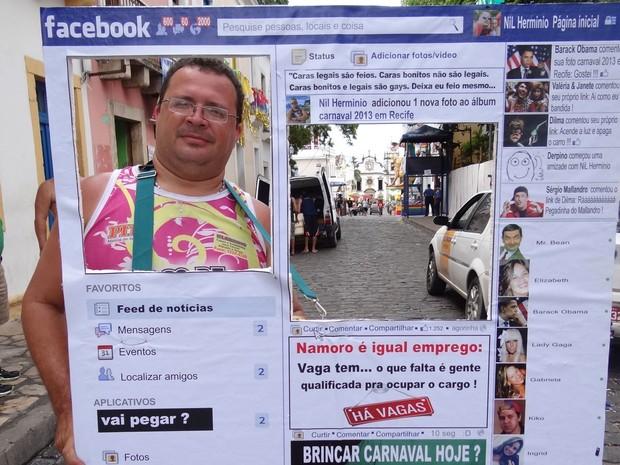"""""""Eu disse à minha namorada que ia passar o carnaval no Facebook. Não estou mentindo"""", brincou o técnico em informática recifense Enilson Hermínio. (Foto: Manoel Filho / G1)"""