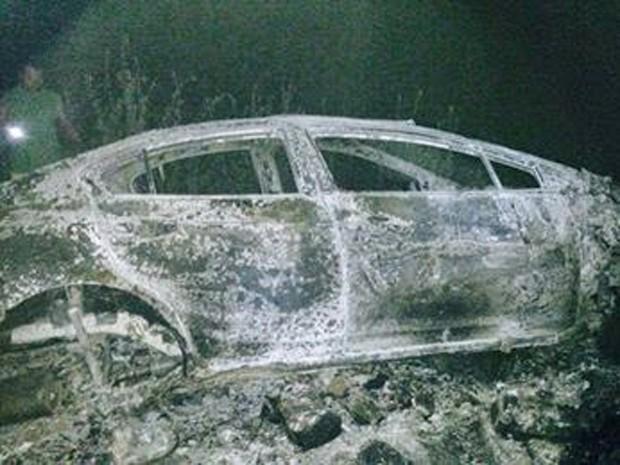 Carro de Nielsen foi encontrado carbonizado em estrada carroçável próximo à BR-304, em Angicos (Foto: Francisco Coelho/Focoelho.com)