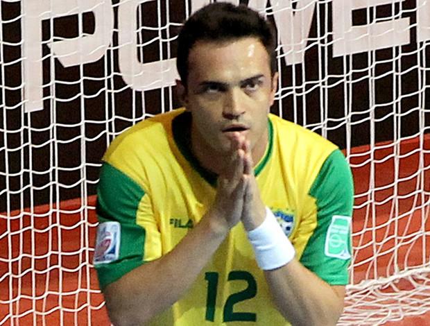 Falcão comemora gol no jogo do Brasil contra a Argentina no futsal (Foto: AP)