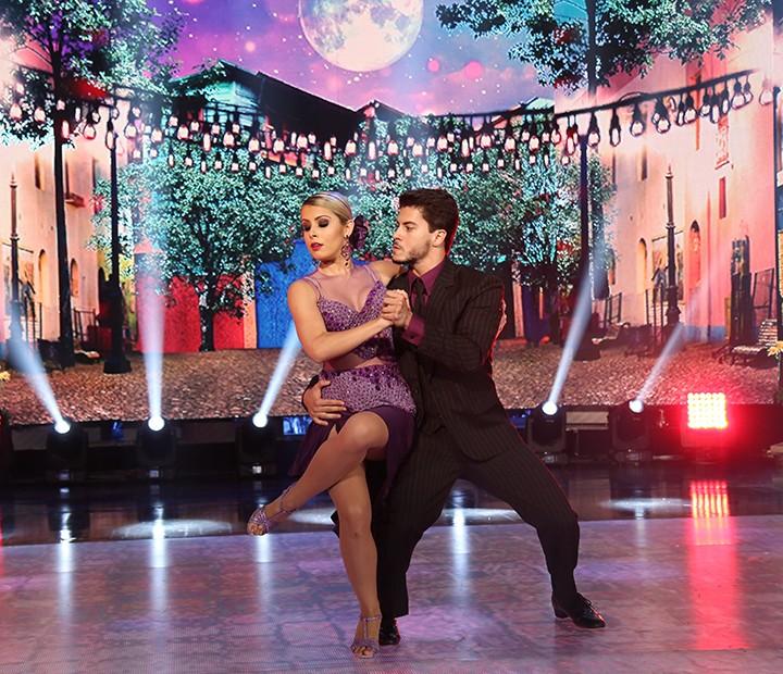 Arthur dá show de elegância no tango (Foto: Carol Caminha/Gshow)