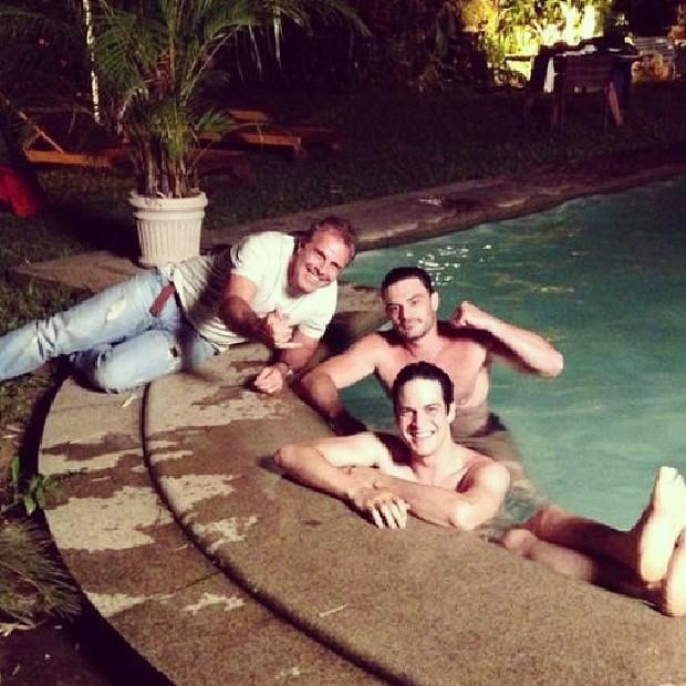ef0a8d92e6 EGO - Mateus Solano e Kiko Pissolato relaxam em piscina após ...