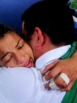 Sarah menezes abraçada ao treinador Expedito (Foto: Cahê Mota / Globoesporte.com)