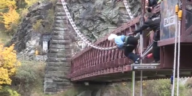 Aos 91 anos, tataravó pula de ponte em esporte radical; assista