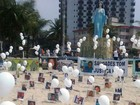 Fotos de vítimas da violência são fixadas nas areias de Praia Grande, SP