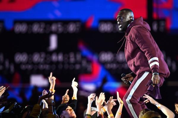 O rapper inglês Stormzy durante sua apresentação no evento da MTV (Foto: Getty Images)