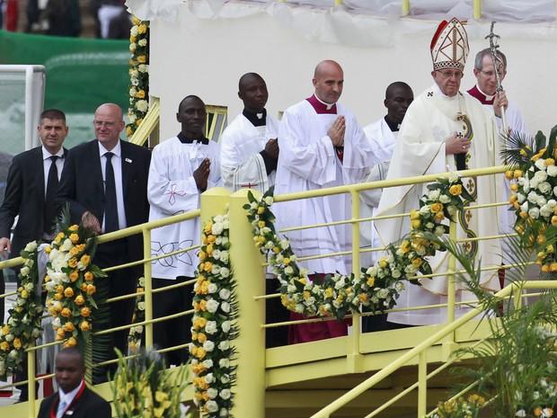 Papa Francisco chega para missa em Nairóbi, no Quênia, nesta quinta-feira (26) (Foto: Thomas Mukoya/Reuters)