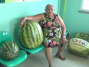Aposentada paraou para fazer foto ao lado da melancia (Foto: Reprodução/TV Amazonas)