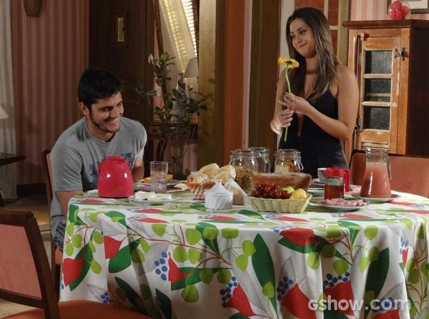 André fica encantado com dedicação de Bárbara e entrega uma flor após declaração (Foto: Em Família / TV Globo)