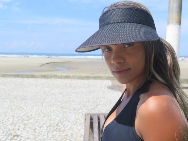 Ana Paula em frente a praia, em Praia Grande (Foto: Mariane Rossi/G1)