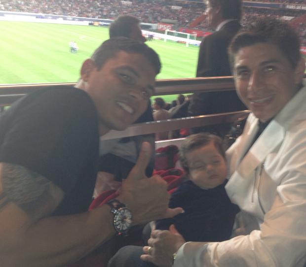 Até o pequeno Benjamin, de apenas cinco meses, assistiu ao jogo do PSG com Thiago Silva e o pai Conca (Foto: Divulgação)