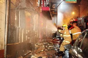 Bombeiros combatem as chamas durante resgate a vítimas na boate Kiss (Foto: Germano Roratto/Agência RBS)