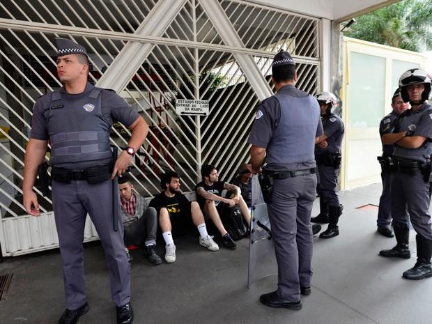 Homens foram detidos pela polícia após confusão durante protesto em defesa de Donald Trump, candidato republicano à Presidência dos EUA (Foto: Cris Faga/Fox Press Foto/Estadão Conteúdo)