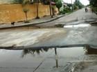 Buracos se tornam poças d'água e irritam moradores de Mongaguá, SP