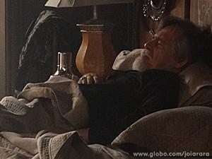Muito abatido, Ernest chora morte da ex-esposa (Foto: Joia Rara/TV Globo)
