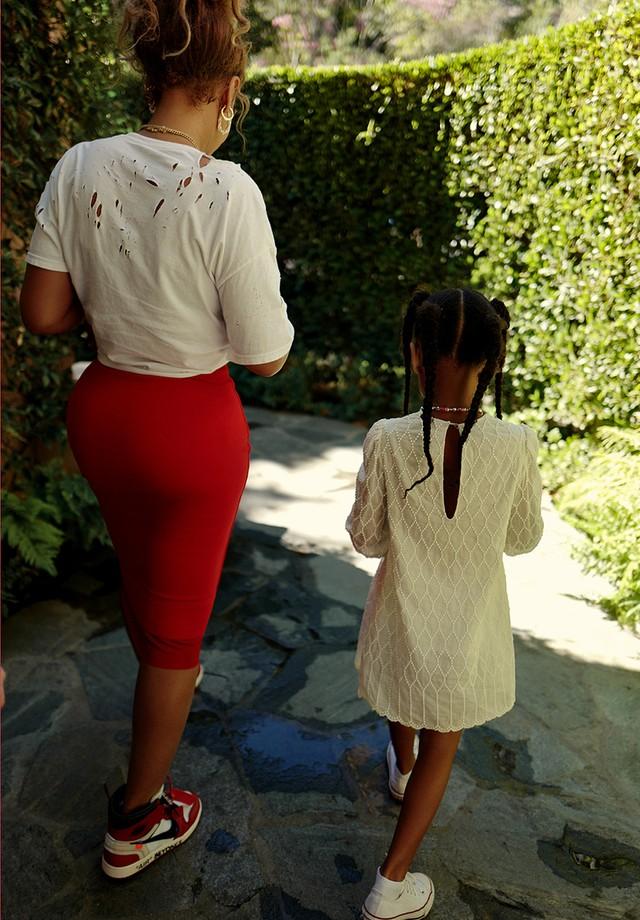 Beyoncé troca sandália por tênis em foto do look (Foto: reprodução/instagram)
