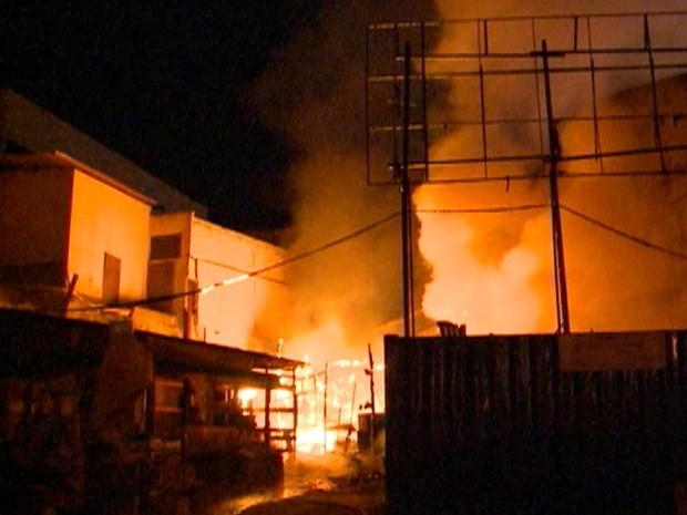 Incêndio começou por volta das 4h20 da madrugada, no centro de São José dos Campos, segundo Corpo de Bombeiros (Foto: Reprodução/ TV Vanguarda)