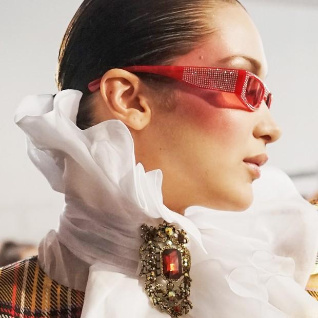 Tendência óculos com glitter (Foto: Getty Images)