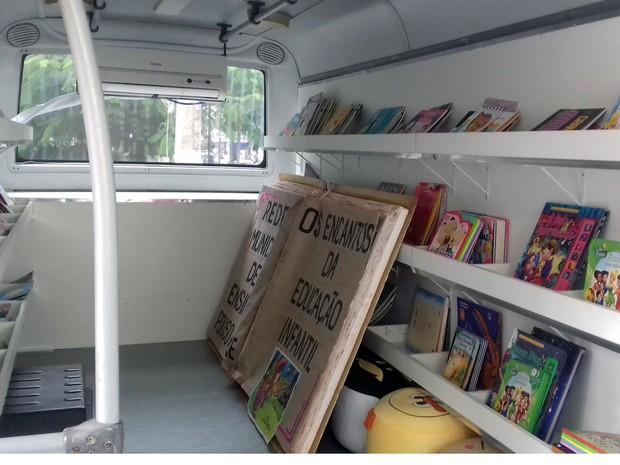 Biblioteca móvel foi criada para visitar escolas municipais de Pouso Alegre, MG (Foto: Daniela Ayres/G1)