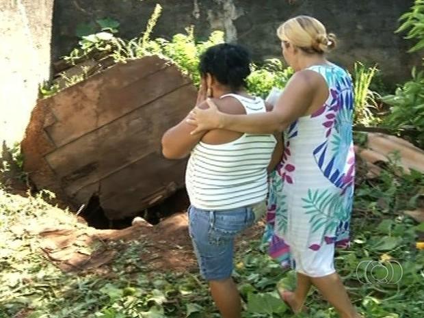 Corpos foram jogados na fossa do quintal da casa do autor do crime, em Anápolis, Goiás (Foto: Reprodução/ TV Anhanguera)