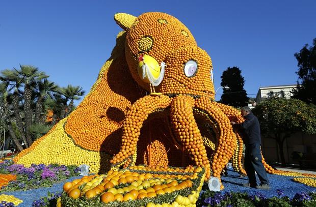 Escultura de polvo feita de laranjas e limões é vista durante festival na França (Foto: Valery Hache/AFP)