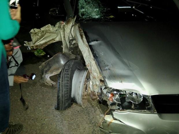 Após impacto, motorista abandonou o carro e fugiu. (Foto: Deletran/Polícia Civil)