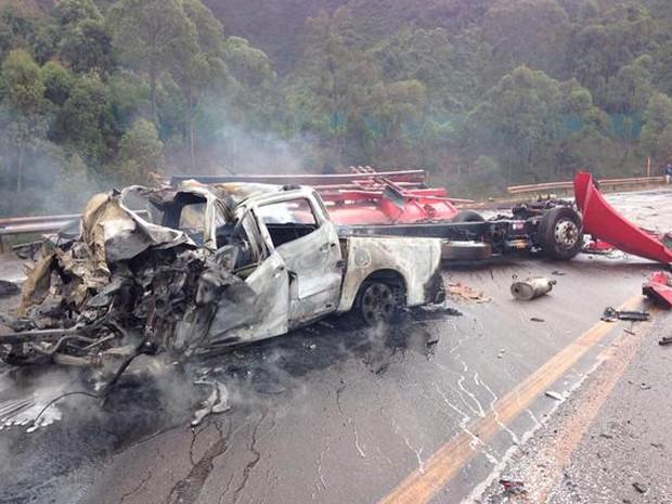 Cinco pessoas morreram em acidente envolvendo caminhonete e caminhão-tanque, em Itabirito.  (Foto: Corpo de Bombeiros/Divulgação)