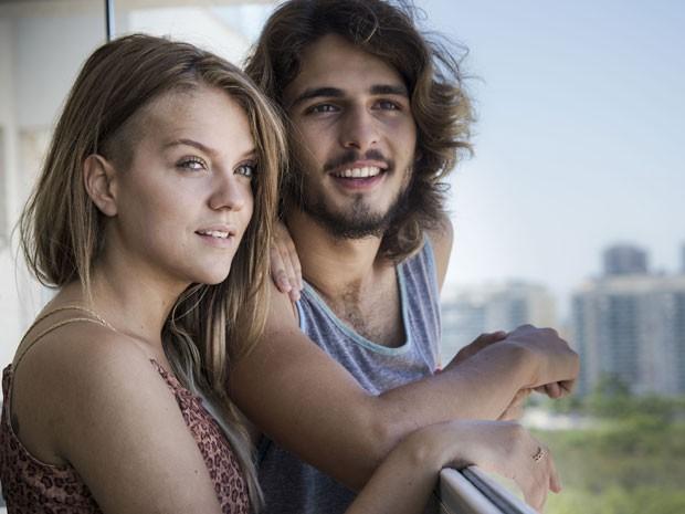 """O casal diz que o canto preferido da casa é a varanda. """"Ficamos curtindo o pôr do sol e conversando!"""", conta Gabi. (Foto: Raphael Dias/Gshow)"""