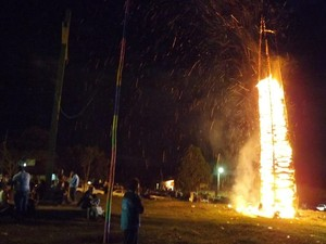 Público observa fogueira acesa em 2013 no povoado de Campo Grande  (Foto: Ricardo Welbert/G1)