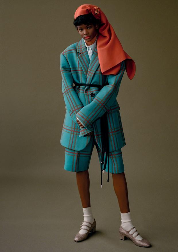 Blazer, camisa, bermuda, lenço, broche e cinto, tudo Marc Jacobs (Foto: Zee Nunes)