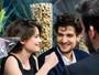 Louis Garrel e Laetitia Casta trocam beijos em première de filme em SP