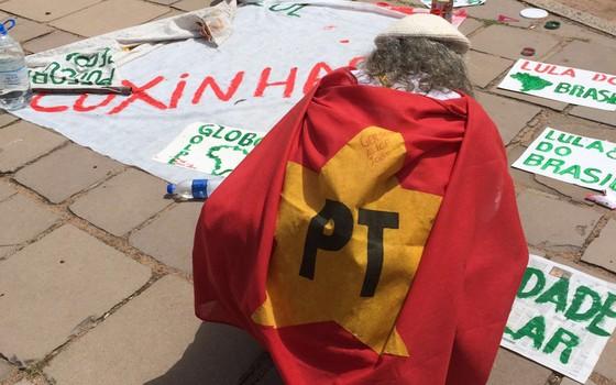 Manifestantes escrevem faixas em apoio ao governo Dilma durante o 'coxinhaço' (Foto: Paula Soprana/ÉPOCA)