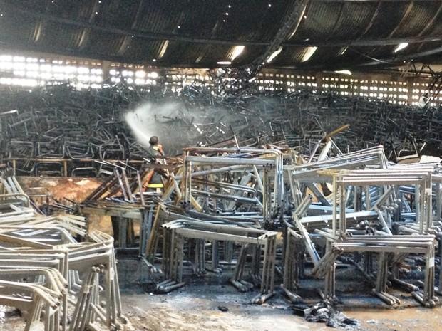 Bombeiros realizavam o rescaldo da parte da estrutura que foi atingida (Foto: Vanessa Vasconcelos/G1)