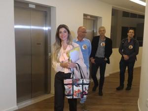 A candidata Haifa Madi já chegou à sede da TV Tribuna, em Santos (Foto: LG Rodrigues / G1)